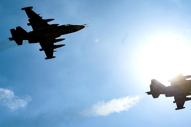 Штурмовики Су-25 во время совместной тренировки групп парадного строя авиации к параду Победы на военном аэродроме Кубинка в Московской области