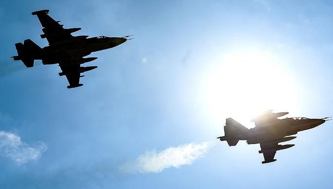 Штурмовики Су-25 во время совместной тренировки групп парадного строя авиации к параду Победы на...