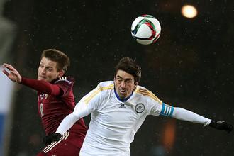 Руслан Камболов (слева) во время товарищеского матча сборных России и Казахстана