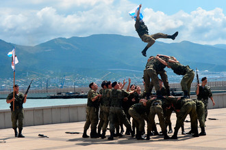 Показательные выступления десантников Новороссийского гарнизона на праздничных торжествах в День Военно-морского флота в Новороссийске, 30 июля 2017 года