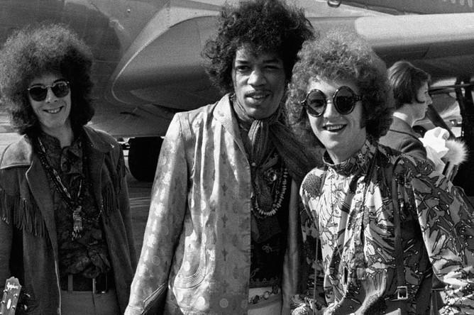 Участники The Jimi Hendrix Experience Ноэль Реддинг, Джими Хендрикс и Митч Митчелл в аэропорту Хитроу, 1967 год