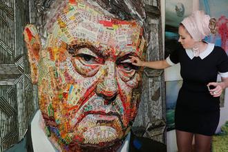 Украинская художница Дарья Манченко с портретом президента Украины Петра Порошенко из конфет Roshen и фантиков, привезенных с линии фронта на востоке страны, во время интервью в Киеве, 28 марта 2019 года