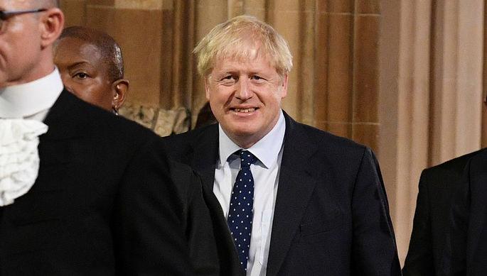 Премьер-министр Великобритании Борис Джонсон со своей собакой Диланом около избирательного участка, 12 декабря 2019 года