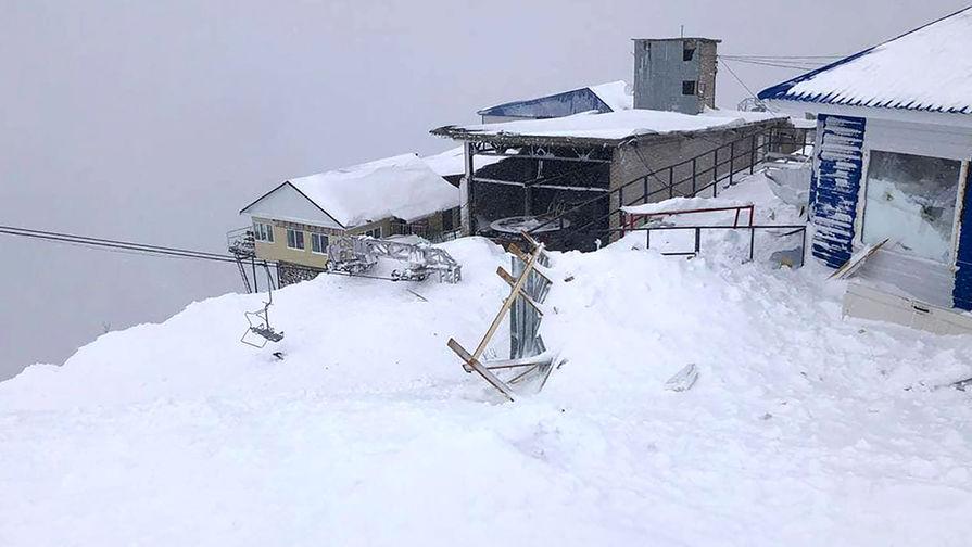 На месте схода снежной лавины на горнолыжную трассу в поселке Домбай на горе Мусса-Ачитара, 18 января 2021 года