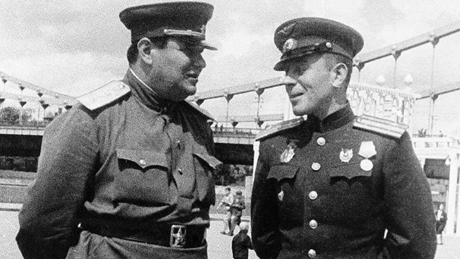 Василий Сталин (справа), точная дата фотографии не установлена