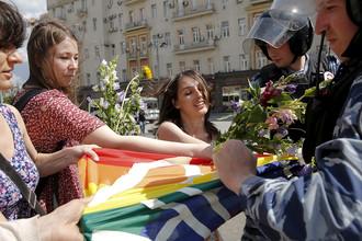Сотрудники полиции и участники акции ЛГБТ-движения в центре Москвы, май 2015 года