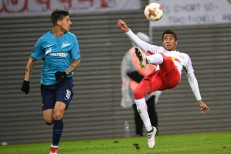 Эмилиано Ригони (слева) в матче против «РБ Лейпцига»