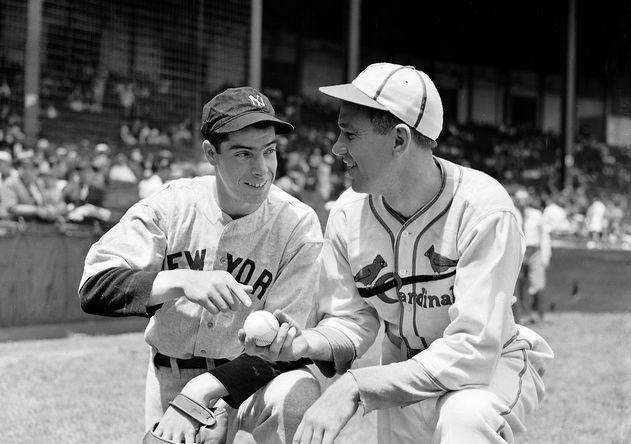 Начинающий игрок «Нью-Йорк Янкиз» Джо Ди Маджо и питчер «Сент-Луис Кардиналс» Диззи Дин во время игры в Бостоне, 1936 год