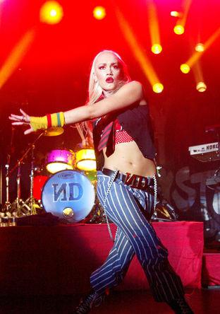 Вокалистка No Doubt Гвен Стефани во время выступления в Лас-Вегасе, 2002 год