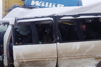 На месте столкновения микроавтобуса Mercedes и фуры на 666 километре федеральной трассы М-5 «Урал»