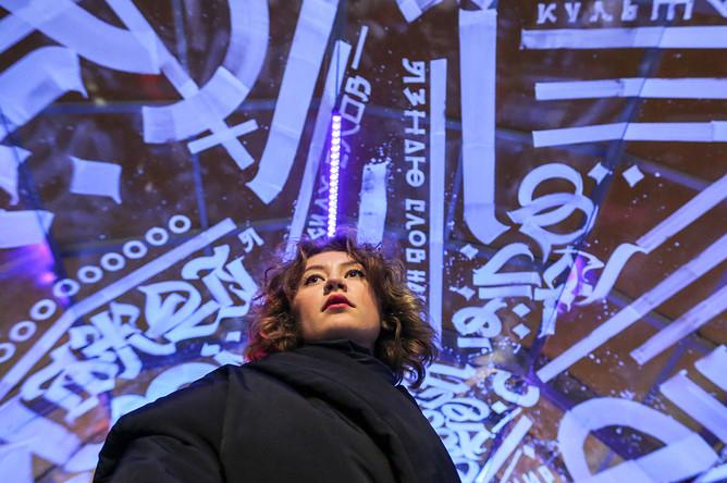 Девушка во время осмотра интерактивной инсталляции в пешеходном тоннеле ТРК «Атриум» в рамках акции «Ночь искусств»