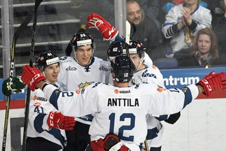 Хоккеисты сборной Финляндии празднуют гол