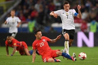 Слева направо: Чарлес Арангис (Чили) и Юлиан Дракслер (Германия) во время матча Кубка конфедераций-2017 по футболу между сборными Германии и Чили.