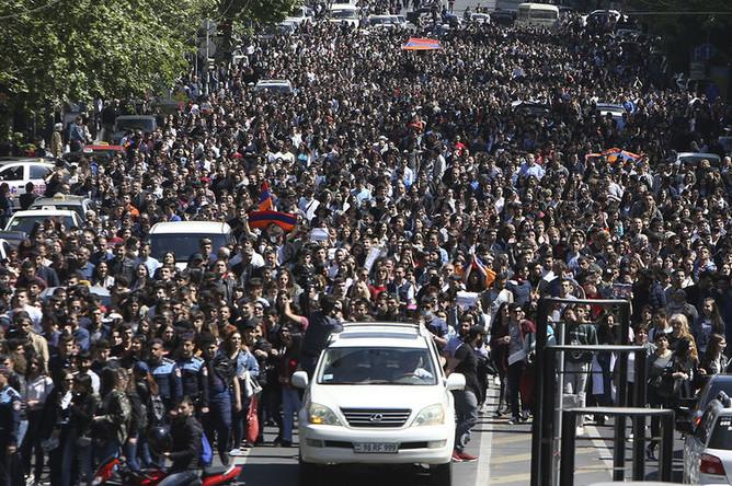 Во время акции протеста в Ереване, 23 апреля 2018 года
