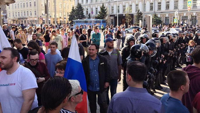 Во время несогласованной акции сторонников оппозиционного политика Алексея Навального в центре...