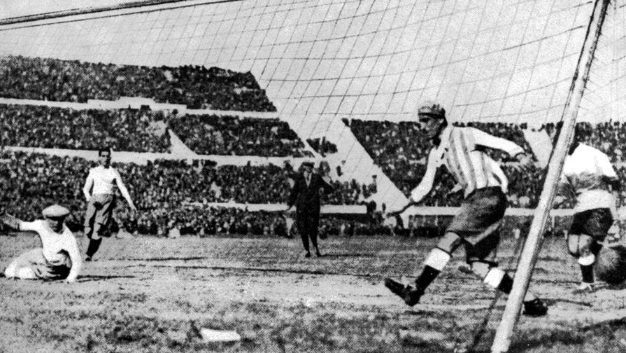 Матч между сборными Аргентины и Уругвая во время первого чемпионата мира по футболу, 1930 год