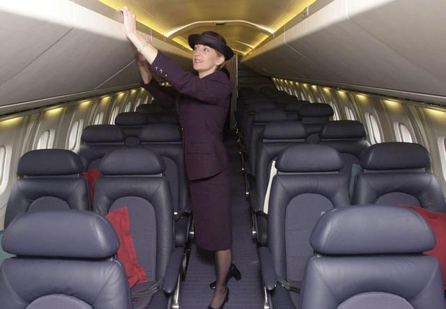 Бортпроводница в пассажирском салоне самолета «Конкорд» авиакомпании British Airways перед взлетом из лондонского аэропорта Хитроу, 2001 год