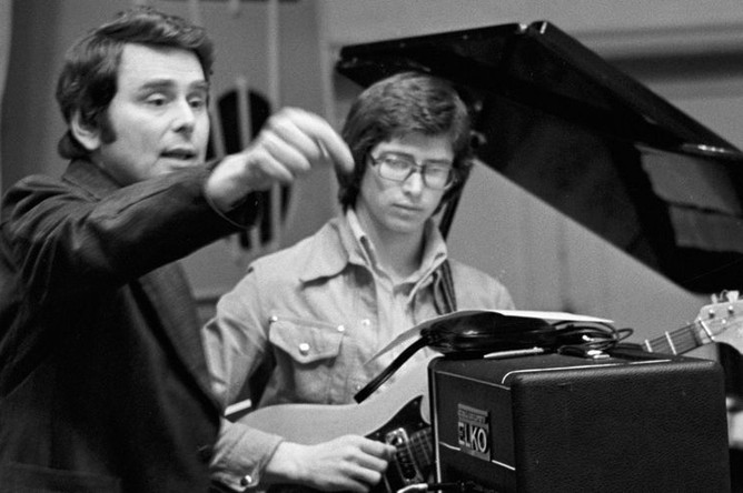 Музыкальный руководитель вокально-инструментального ансамбля «Пламя» Сергей Березин во время репетиции, 1977 год