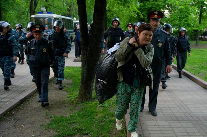 Московская полиция разогнала лагерь оппозиции на Чистых прудах