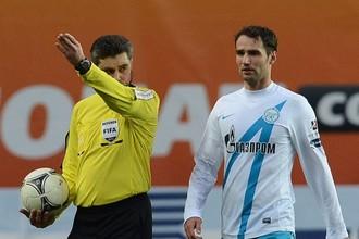 Роман Широков недоволен тем, что Алексей Николаев уводит с поля команды