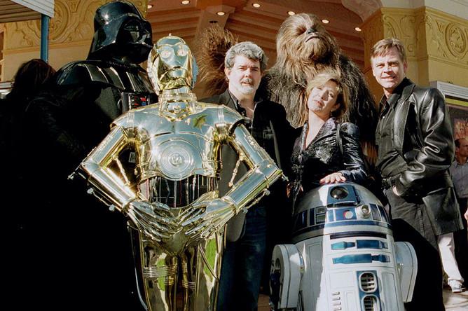 Джордж Лукас с персонажами из фильма «Звездные войны»