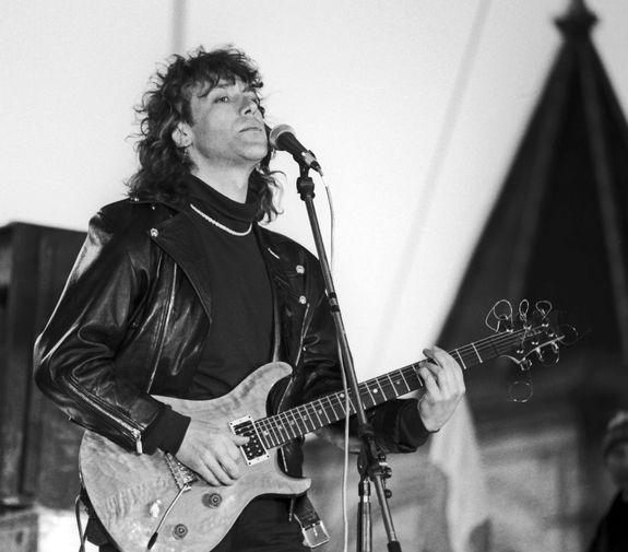 Владимир Кузьмин во время митинга-концерта «Актеры и музыканты за референдум» на Васильевском спуске, 1993 год