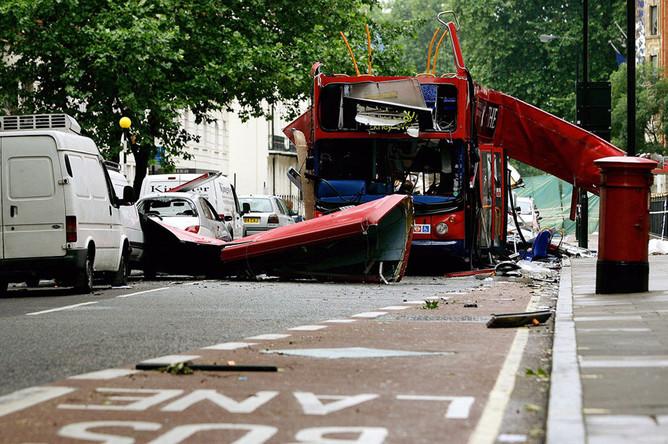 Лондонский автобус, разрушенный в результате взрыва 7 июля 2005 года на площади Тависток-Сквер в Лондоне