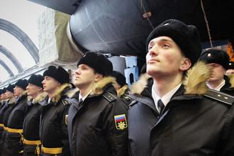Военнослужащие ВМФ России около первого модернизированного подводного крейсера проекта 955А «Князь Владимир» в эллинге оборонной верфи «Севмаш», 17 ноября 2017 года