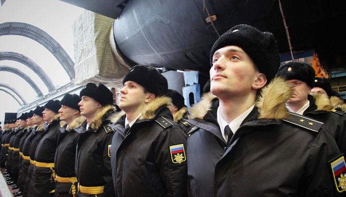 Военнослужащие ВМФ России около первого модернизированного подводного крейсера проекта 955А...