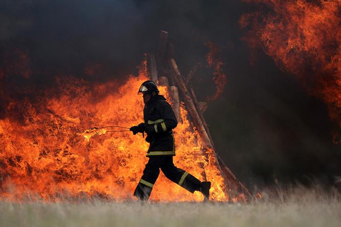 Сотрудник МЧС России на учениях по ликвидации последствий лесных пожаров в Подмосковье, апрель 2017 года
