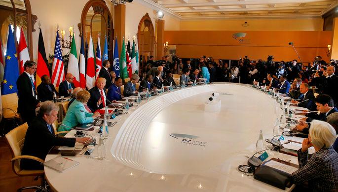 Общий вид круглого стола на расширенном заседании саммита G7 в Таормине, Сицилия, Италия, 27 мая...