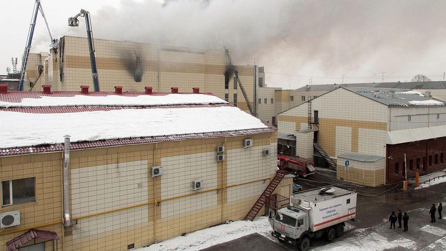 25 марта 2018 года. Сотрудники пожарной охраны МЧС борются с пожаром в торговом центре «Зимняя вишня» в Кемерово