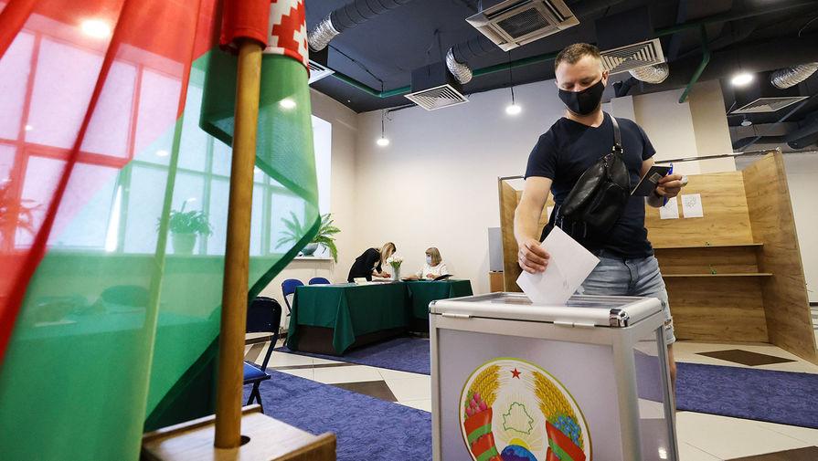 Мужчина во время голосования на избирательном участке в основной день выборов президента Белоруссии, 9 августа 2020 года