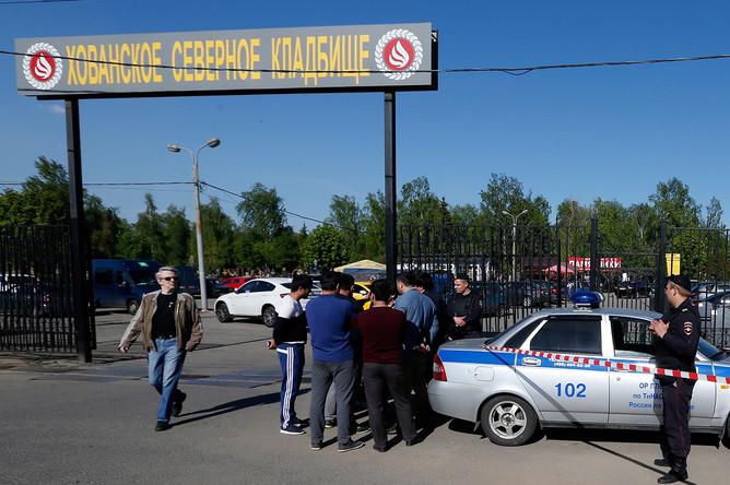 Полиция у входа на Хованское кладбище, где в результате массовой драки со стрельбой погибли люди