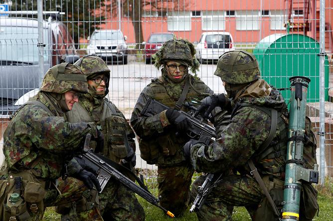 Эстонские военнослужащие во время учений в городе Силламяэ около границы с Россией, май 2019 года