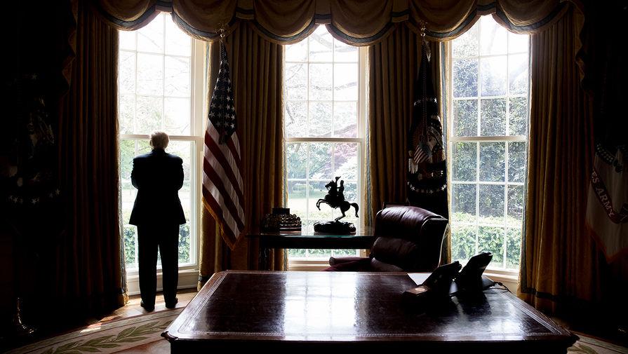 45-й президент США Дональд Трамп в Овальном кабинете, 2017 год