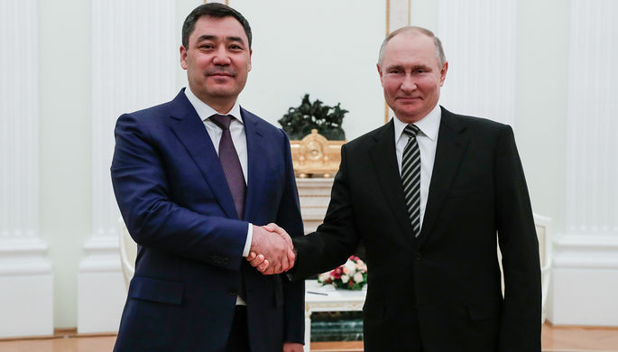 Президент Киргизии Садыр Жапаров и президент России Владимир Путин во время встречи в Кремле, 24 февраля 2021 года