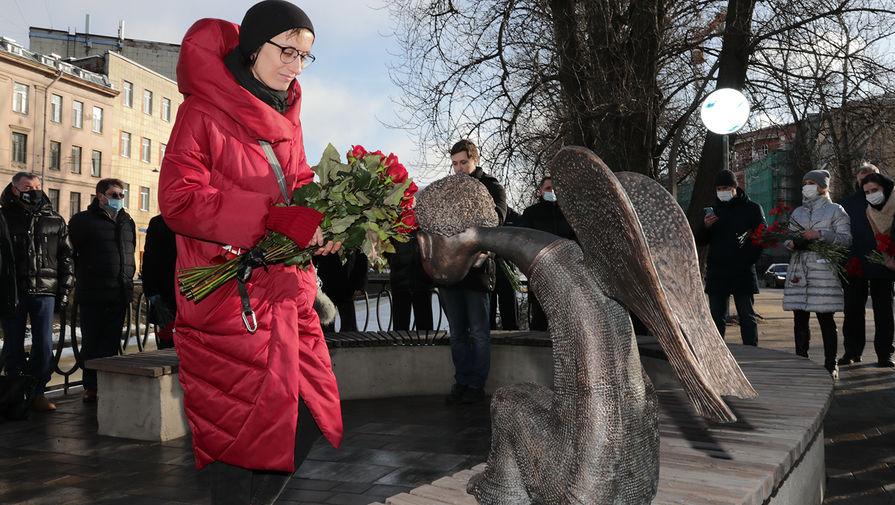 Вдова скульптора Романа Шустрова во время открытия памятника погибшим в пандемию медикам в Петербурге, 3 марта 2021 года