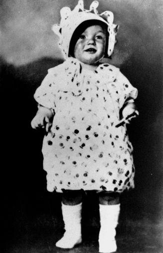 Норма Джин Мортенсон родилась в Лос-Анджелесе 1 июня 1926 года. Детство будущая звезда провела в детдоме — сначала это было связано с нервными срывами матери, позже с опекунами, которые отказывались от нее из-за нехватки средств. В 15 лет Норма Джин вырвалась из детдома: вышла замуж за Джеймса Догерти и устроилась работать на авиационный завод. На фото Мэрилин Монро в детстве, 1928 год