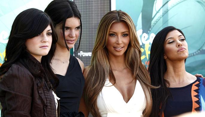 Кайли и Кендалл Дженнер, Ким Кардашьян и Кортни Кардашьян на церемонии Teen Choice Awards в...