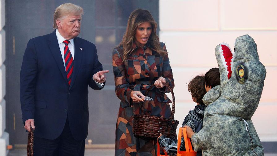 Президент США Дональд Трамп и первая леди Меланья Трамп во время празднования Хеллоуина в Белом доме, 28 октября 2019 года