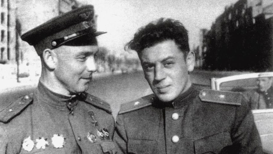 Василий Сталин (справа), точная дата не установлена