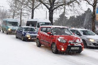 На одной из улиц Севастополя во время снегопада, 27 февраля 2018 года. Фото: <a href=