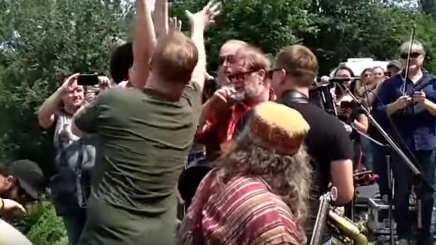 В Киеве на Гребенщикова во время уличного концерта напал радикал