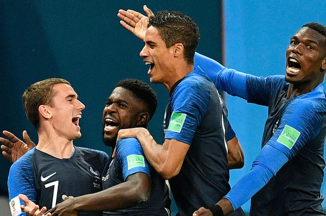 Игроки французской сборной после победы команды в полуфинальном матче ЧМ-2018 по футболу между сборными Франции и Бельгии в Санкт-Петербурге, 10 июля 2018 года