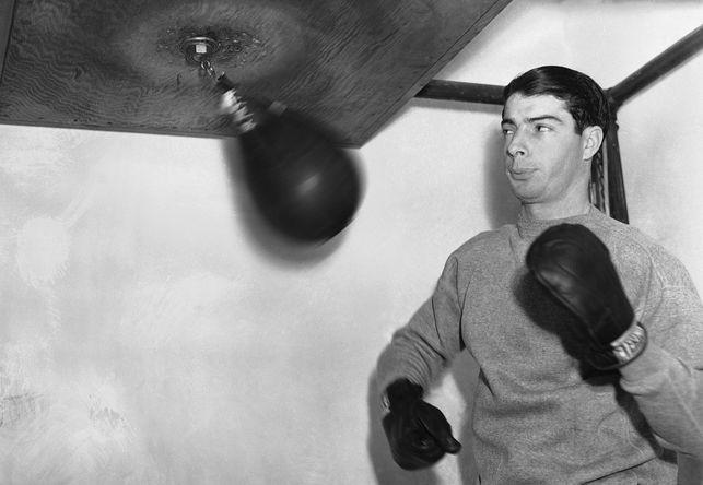 Игрок «Нью-Йорк Янкиз» Джо Ди Маджо с боксерской грушей в Нью-Йорке, 1938 год