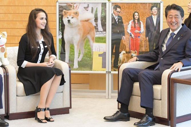 Олимпийская чемпионка по фигурному катанию Алина Загитова и премьер-министр Японии Синдзо Абэ во время встречи в резиденции премьер-министра Японии, 24 июля 2019 года