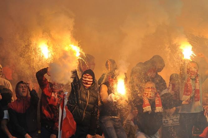 Фанаты «Спартака» устроили пиротехническое шоу, из-за которого поле затянуло дымом