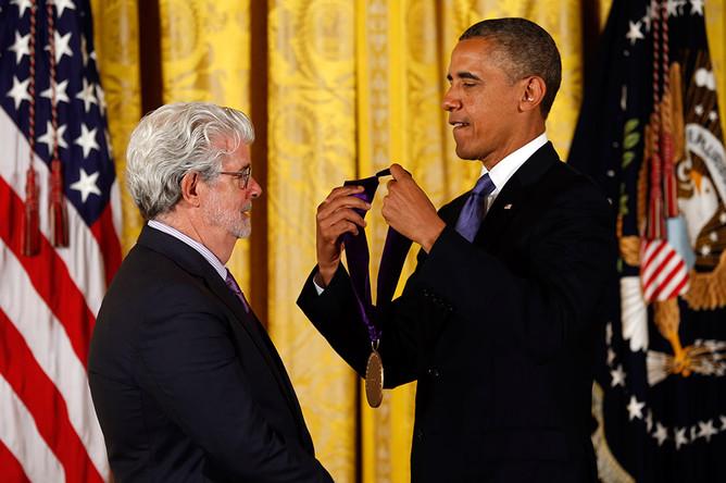 Президент США Барак Обама вручает Джорджу Лукасу Национальную медаль искусств во время церемонии награждения в Белом доме