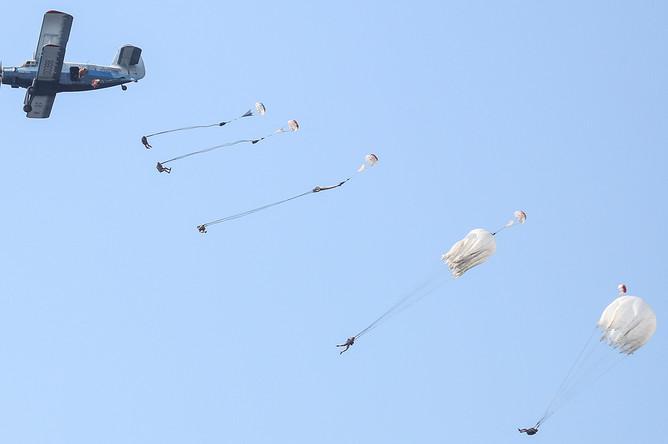 Десантирование парашютистов на воду из самолета Ан-2 во время показательных выступлений десантников на праздновании Дня ВДВ в Самаре, 2016 год